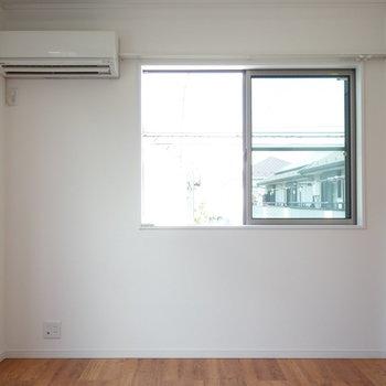 【洋室2】ここも窓があって、気持ちいいんです。