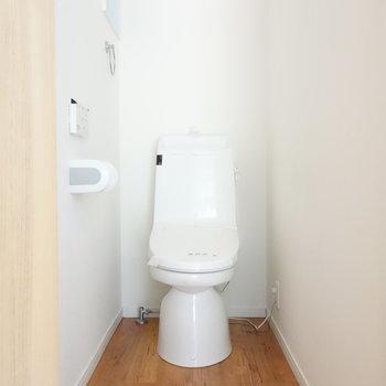 トイレは個室。しっかり窓ありますね。