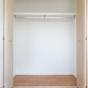 【洋室1】こちらのクローゼットが一番大きいものになります。