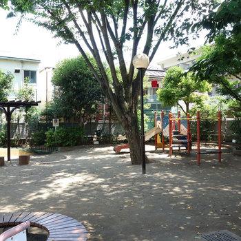 近くに西荻公園あります。
