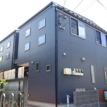 外観は、キュービックな青いテラスハウス。