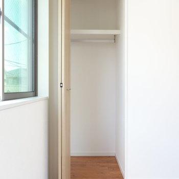 【洋室2】コンパクトなクローゼット。
