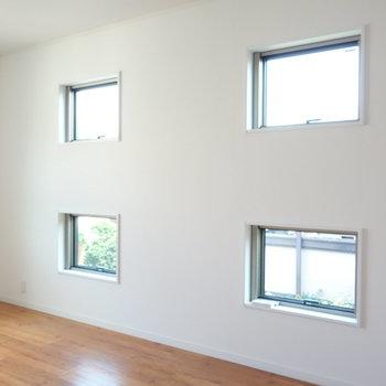 【洋室1】田んぼの田みたいに、採光窓あります。きもちいい〜