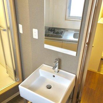 キッチンの後ろに独立洗面台。