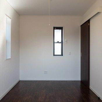 【6.4帖洋室】床と壁のコントラストがカッコいい。