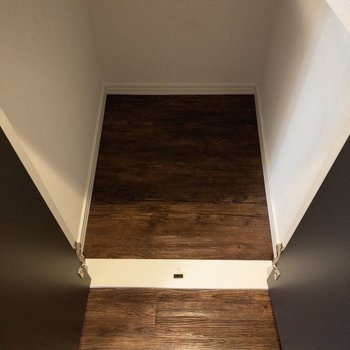 階段の下に収納があります。