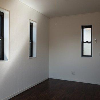 【6.4帖洋室】小窓が沢山あって、ちょっと開放的な感じ。