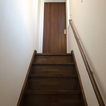 階段を登って2階へ行きましょう〜