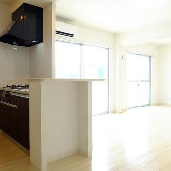 カウンターキッチン越しのおひさまが明るいお部屋です!(※写真は3階の同間取り別部屋のものです)