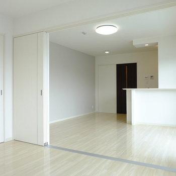 洋室とリビングはスライドドアで仕切れます(※写真は3階の同間取り別部屋のものです)