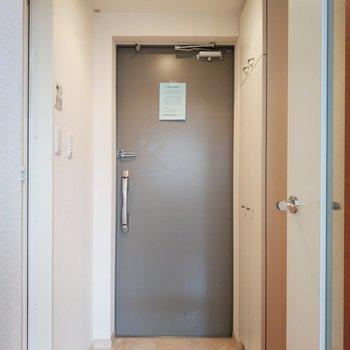 玄関は淡いグレーで優し可愛く。※写真は前回募集時のものです