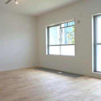 ゴロンとしたくなる窓辺。※写真は前回工事したお部屋。サンルームは付きません。