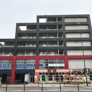 1階と2階には飲食店やクリニックが入っていて便利。