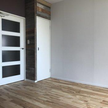 小さい扉を開けるとクローゼットです。
