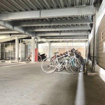 駐輪場はコインパーキングの一角に。雨風しっかり凌げます。