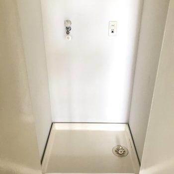 洗濯パンは玄関上がってすぐのところに。扉付きで隠せますよ。