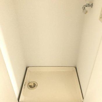 洗濯パンは玄関に。扉付きで隠せます。