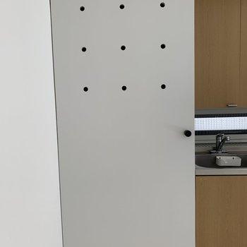 キッチン左横のこの扉は、、