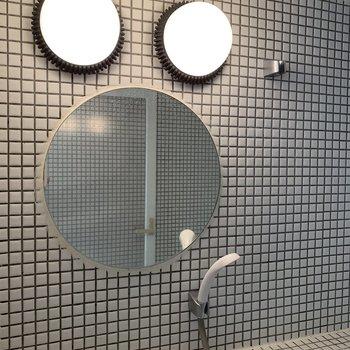 またまたかわいい丸い鏡と照明器具!