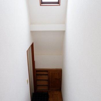 玄関はちょっと階段を降りたところに。