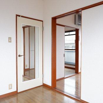 【4.5帖洋室】洋室同士も扉でつながってます。