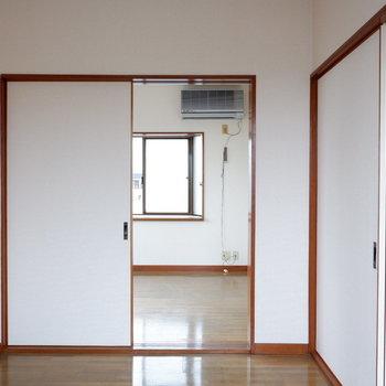 【4帖洋室】開けておいて広く使うのもいいですね。