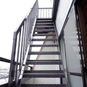 和室から怪しげな階段が、、、