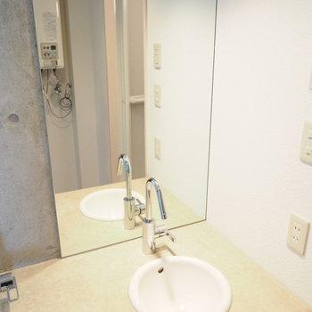 洗面台は小ぶりで可愛らしいものを※写真は別部屋です