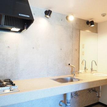 コンロ、シンク、洗面台が一列に!※写真は別部屋です