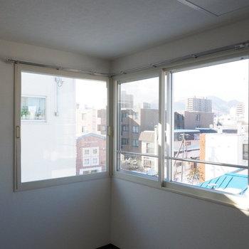 見晴らしの良いL字の窓※写真は別部屋です