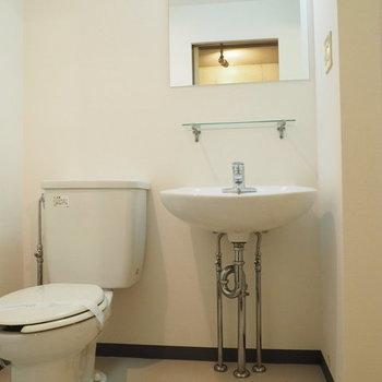 トイレと洗面台は隣り合わせ。※写真は3階の同間取り別部屋です。
