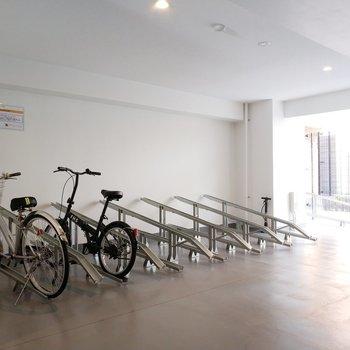 駐輪場は建物内屋根付き◎※写真は同間取り7階のお部屋です