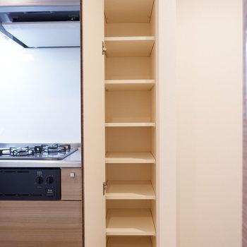 シューズボックスでも、又はキッチン収納としても使えますね!※写真は同間取り7階のお部屋です