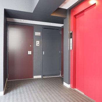共用部です。赤いエレベーターがアクセント。※写真は同間取り7階のお部屋です