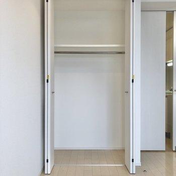服をかけやすい高さです。※写真は6階の同間取り別部屋のものです