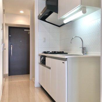 まずはキッチンから。※写真は6階の同間取り別部屋のものです