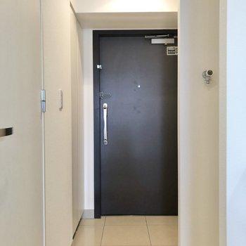 光沢のある玄関。※写真は6階の同間取り別部屋のものです