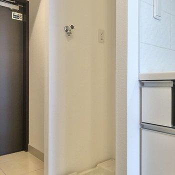 キッチン横に洗濯機置き場。※写真は6階の同間取り別部屋のものです
