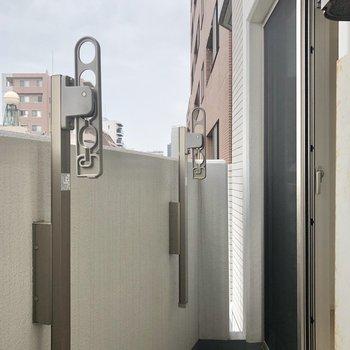バルコニーはコンパクト。※写真は6階の同間取り別部屋のものです