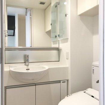 大きな鏡の洗面台があります。※写真は6階の同間取り別部屋のものです