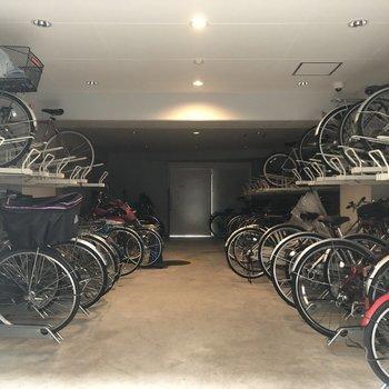 駐輪場は屋内。雨の日も安心です。