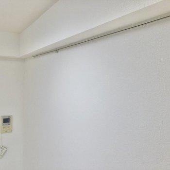 ドライフラワーを吊るしてみては。ピクチャーレールが備え付き。※写真は6階の同間取り別部屋のものです