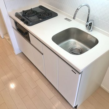 2口ガスコンロ。ゆったりサイズのキッチン。※写真は6階の同間取り別部屋のものです