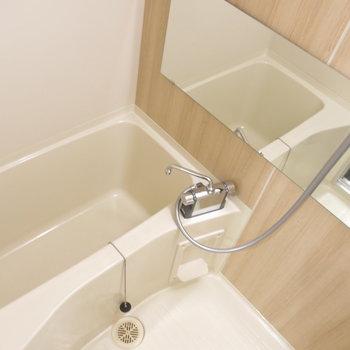 浴室にはワイドな鏡もついてます!