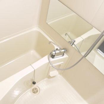 浴室には大きめの鏡付き