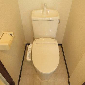 トイレには温水洗浄便座がついています
