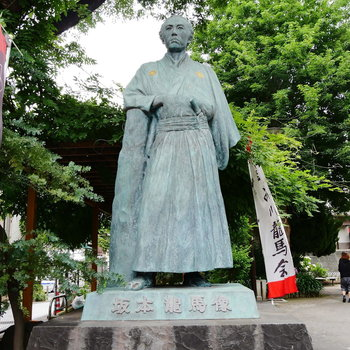 立会川駅前に佇む。20歳の龍馬ぜよ。