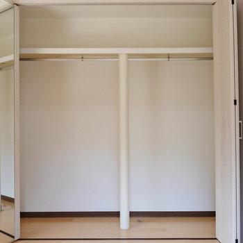 【洋室】壁にミラーがついていて便利そう。