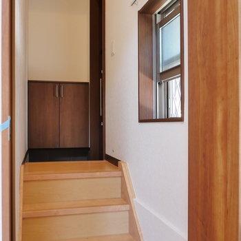 玄関からお部屋は、3段下がって。