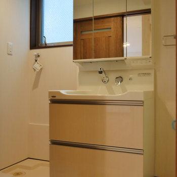 脱衣所に洗面台と洗濯機置場。